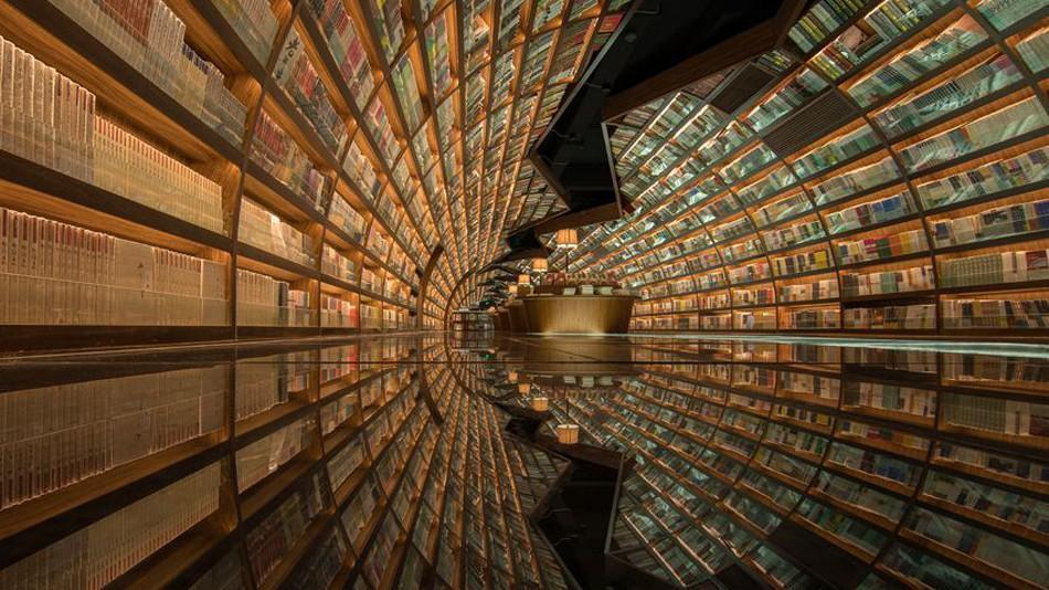 کتابفروشی چینی با معماری داخلی بی نظیر که آن را شبیه تونل بی پایانی از کتاب می نماید