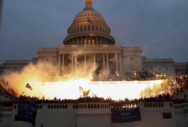 خبرنگاران شورش هواداران ترامپ ساعاتی نشست کنگره آمریکا را متوقف کرد