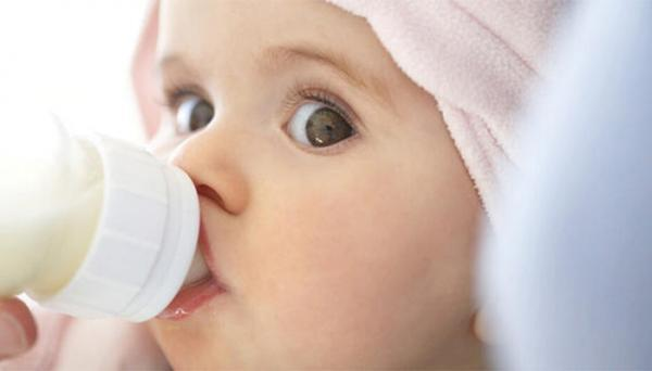 علائم گرسنگی نوزادان، از مکیدن لب ها تا گریه های گوشخراش