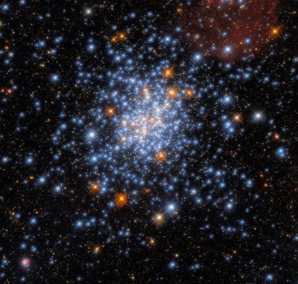کشف ستاره های قرمز، سفید و آبی در خوشه ای درخشان